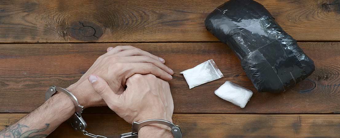 Drogenschmuggel Strafe, Drogen, Drogenhandel Strafe, Drogenbesitz Strafe, Betäubungsmittel,Illegale Drogen, Container und Auto Durchsuchungen